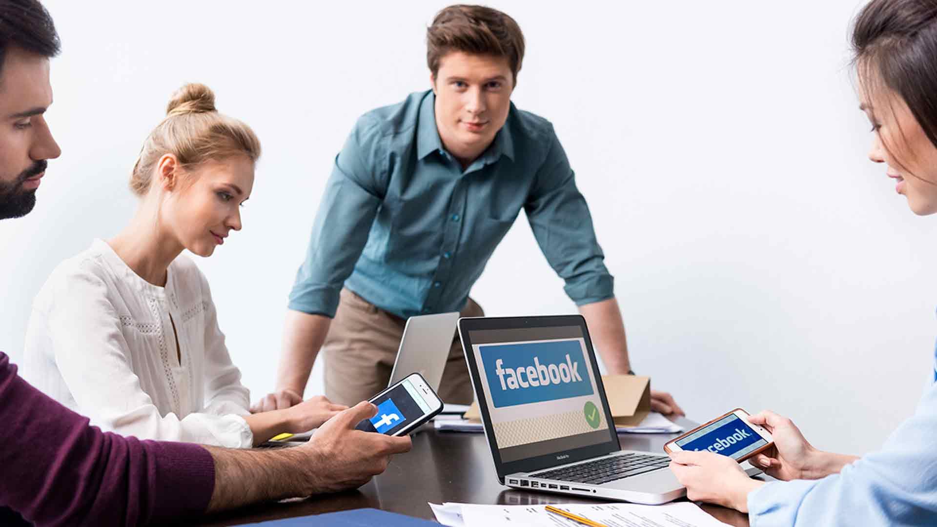 Gruppe brainstormt über Facebook und Co.
