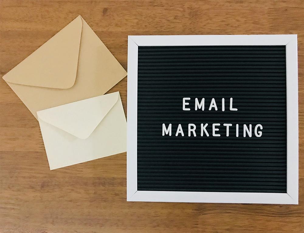 email marketing theme on wooden background (klein)