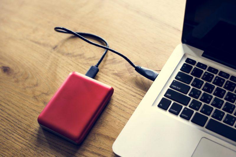 Externe Festplatte hängt am Laptop