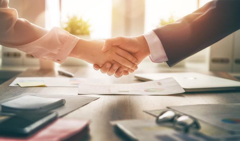 Handschlag besiegelt ein erfolgreiches Geschäft