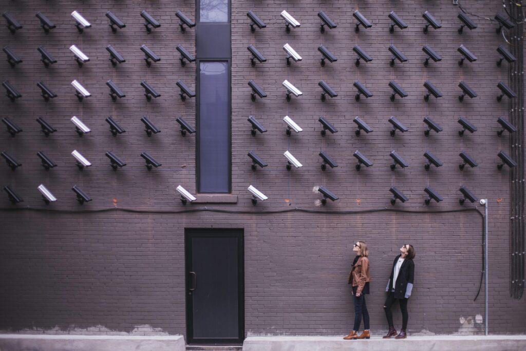 Wand voller Sicherheitskameras