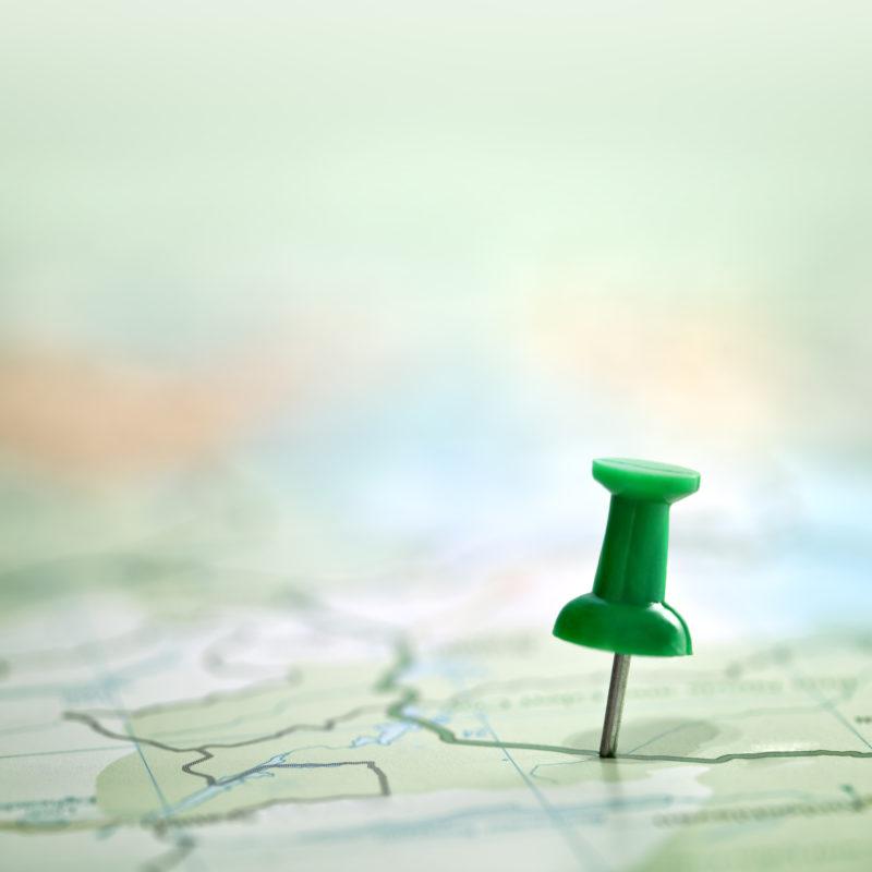 Pin steckt in Landkarte